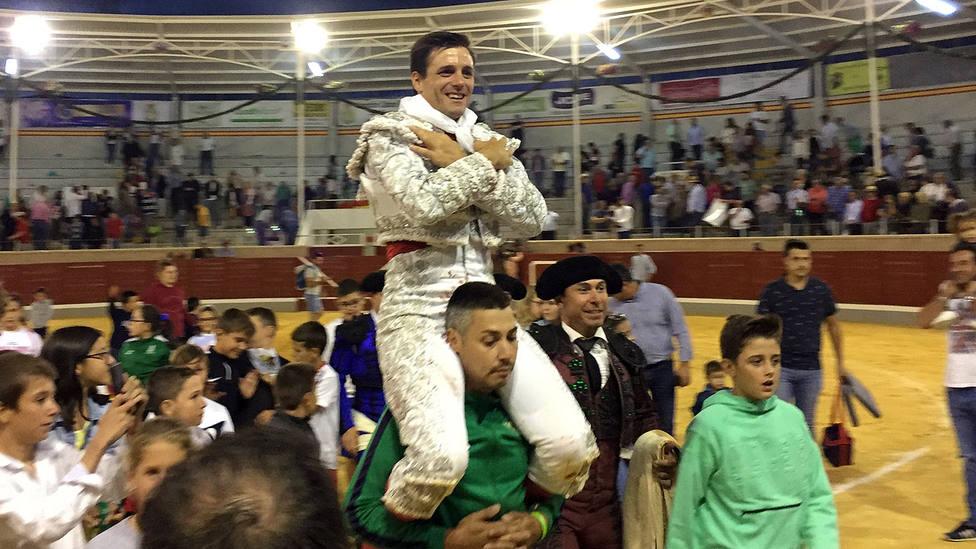 Francisco Montero en su salida a hombros este martes en Villaseca de la Sagra