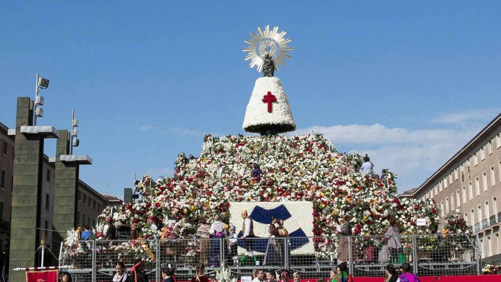 Miles de personas arropan con flores a la Virgen del Pilar