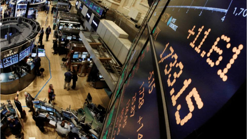 Dudas sobre acuerdo comercial entre EEUU y China nublan de rojo Wall Street
