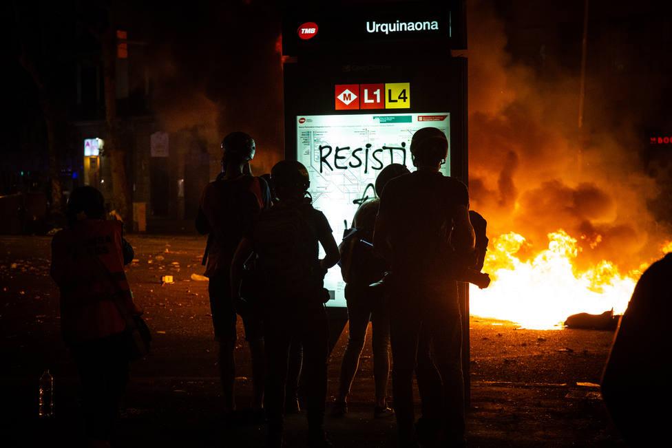 Los manifestantes en Barcelona se dispersan de paseo de Gràcia y Gran Via hacia otros puntos