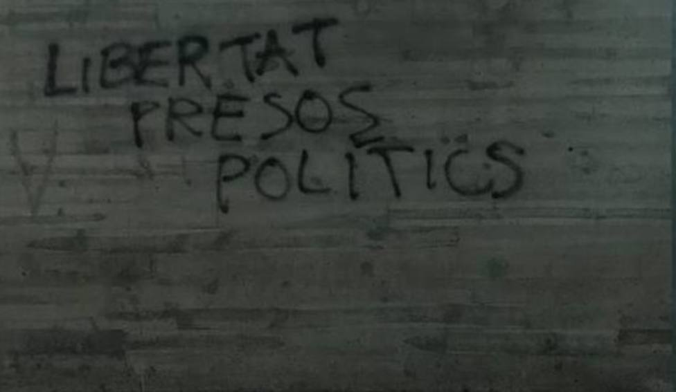 Se limpia una pintada en la estación del tren de Logroño con la leyenda libertad presos antifascistas