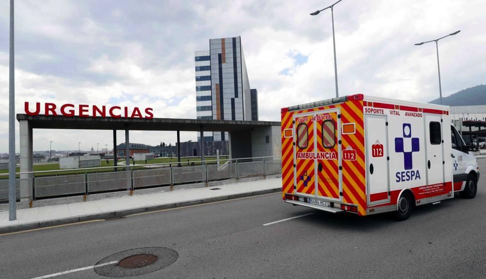 Coronavirus: una ambulancia del SESPA pasa por delante del área de Urgencias del HUCA Asturias