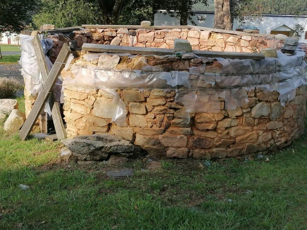 La construcción que reproduce una palloza sufrió un incendio y se quedó sin techo - FOTO: PP de Narón