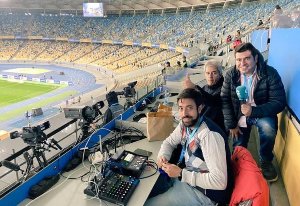 Manolo Lama y Miguelito, en el estadio de Kiev