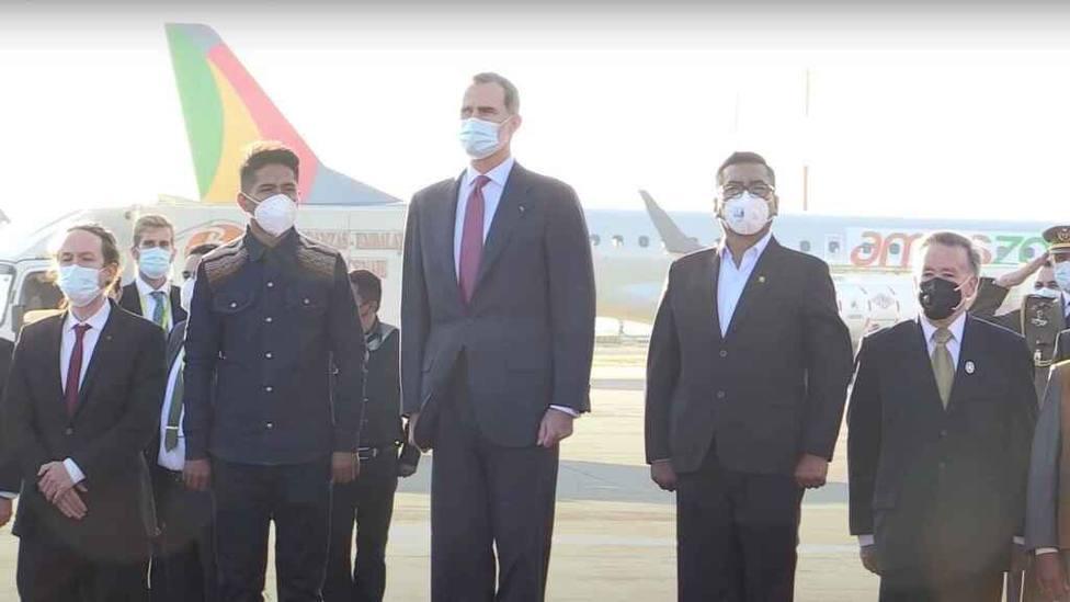 La cara de Felipe VI y Pablo Iglesias tras escuchar esta interpretación del himno de España en Bolivia