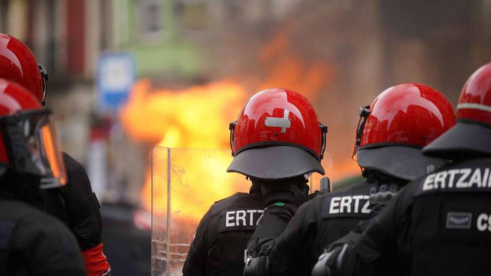 Ataques a la Ertzaintza, contenedores quemados y un fotógrafo herido en la marcha a favor de Hasél en Bilbao