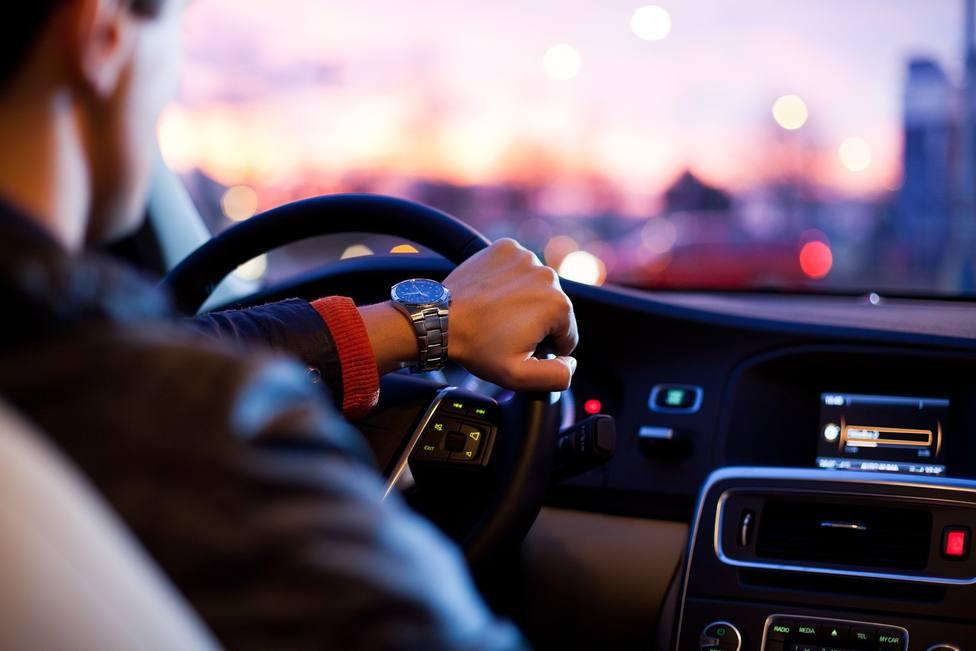 La multa de la DGT a la que te arriesgas si comes mientras conduces dentro del coche