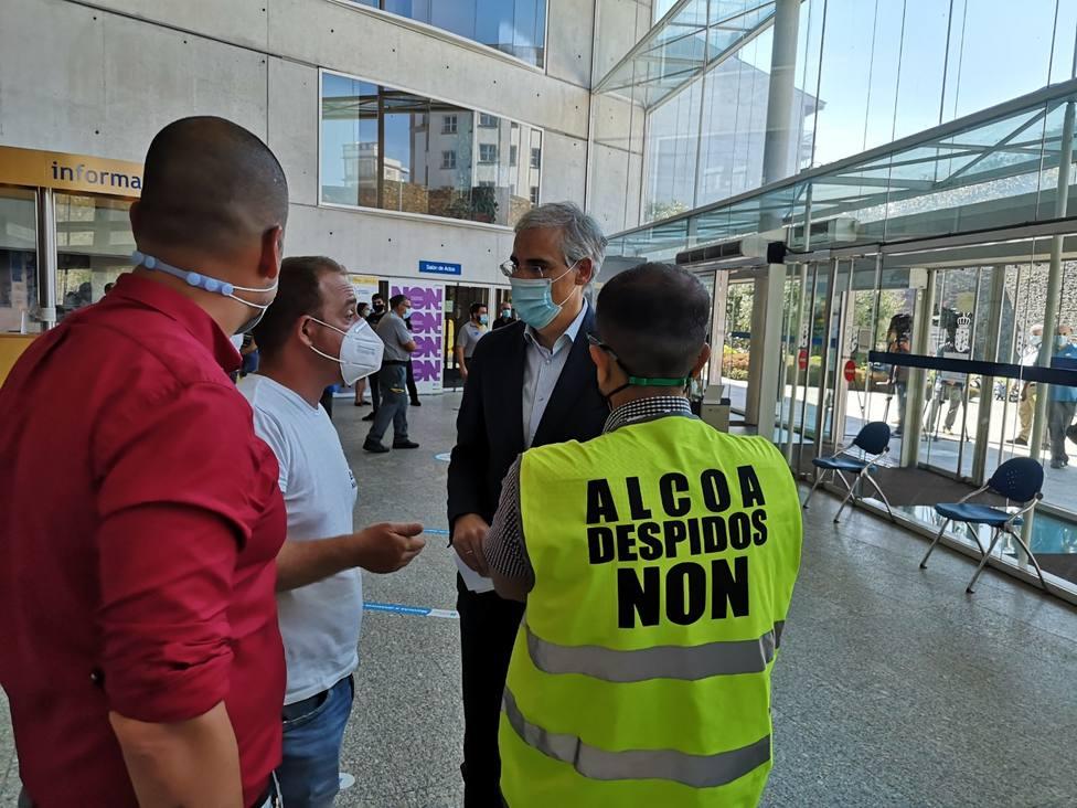 Conde habla con el comité de empresa de Alcoa en Lugo
