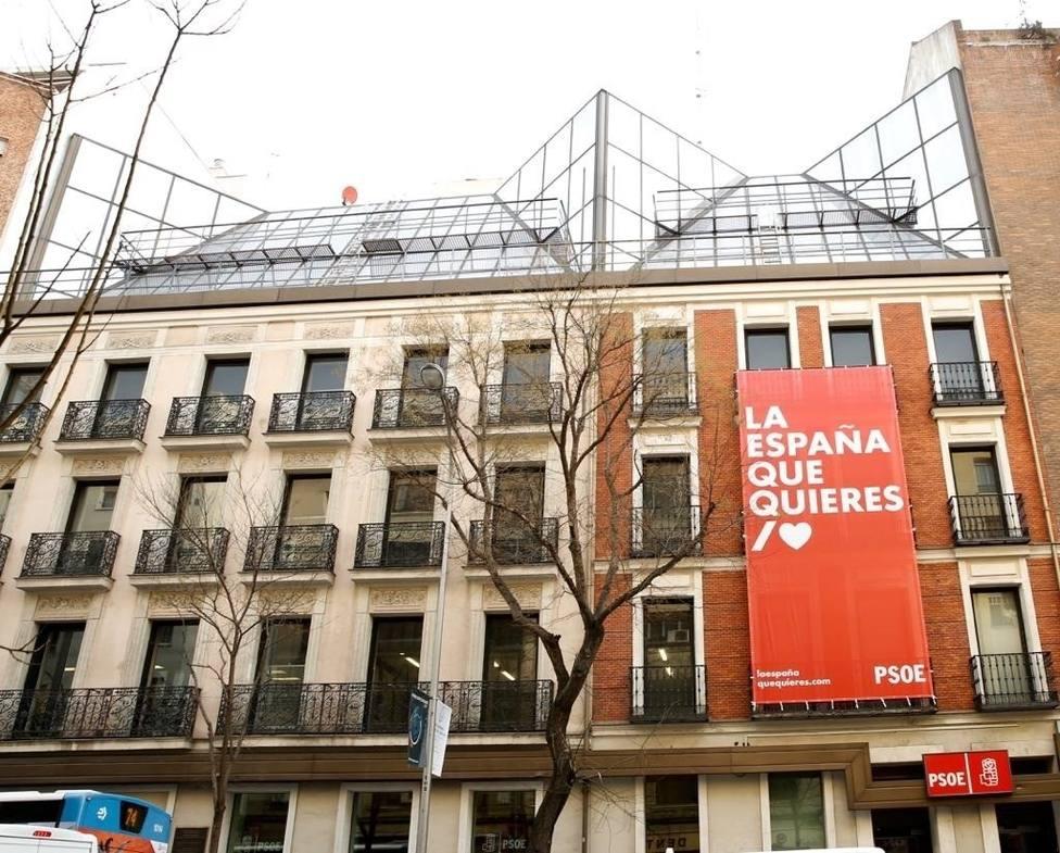 Lema de la precampaña del PSOE al 28A desplegada en la fachada de la sede princi