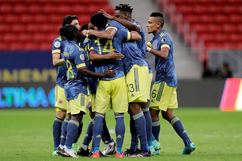 La selección colombiana celebrando la victoria frente a Perú.
