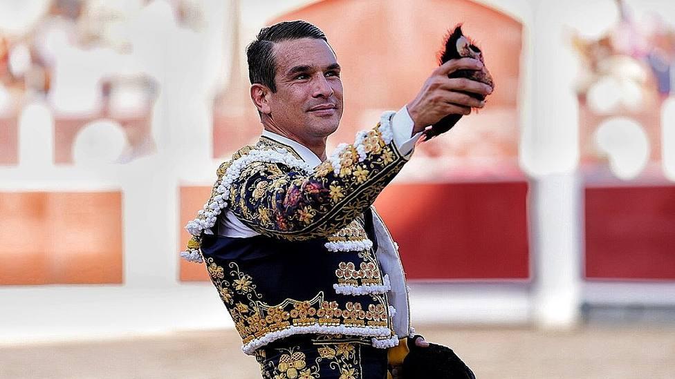 José María Manzanares con una de las dos orejas cortadas este viernes en Albacete
