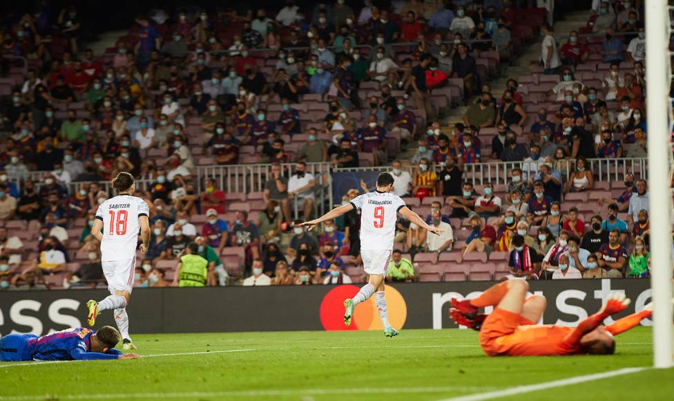 Ter Stegen y Araujo se lamentan del segundo gol de Lewandowski (EFE)