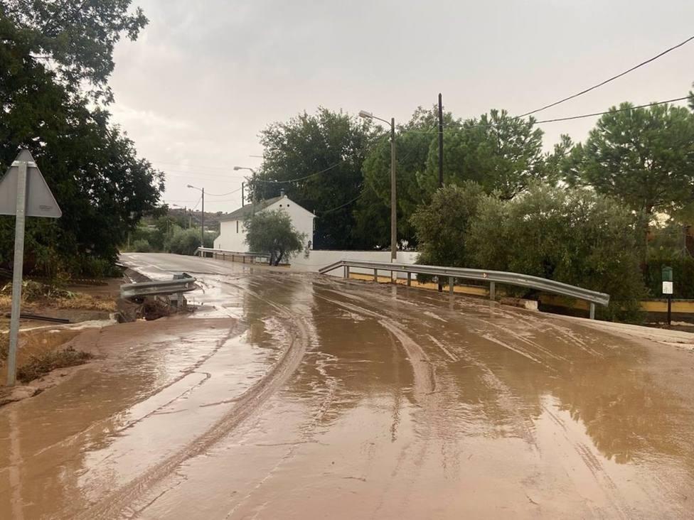 Reabiertas al tráfico las 12 carreteras cortadas por los efectos de la tormenta en Lucena y Puente Genil