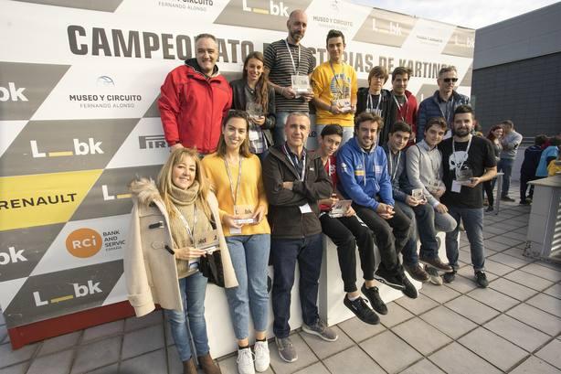 Fernando Alonso entrega los trofeos en el IV Gran Premio de Karting Liberbank