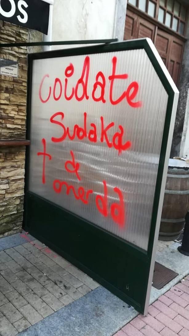 Pintadas en el local de Ortigueira