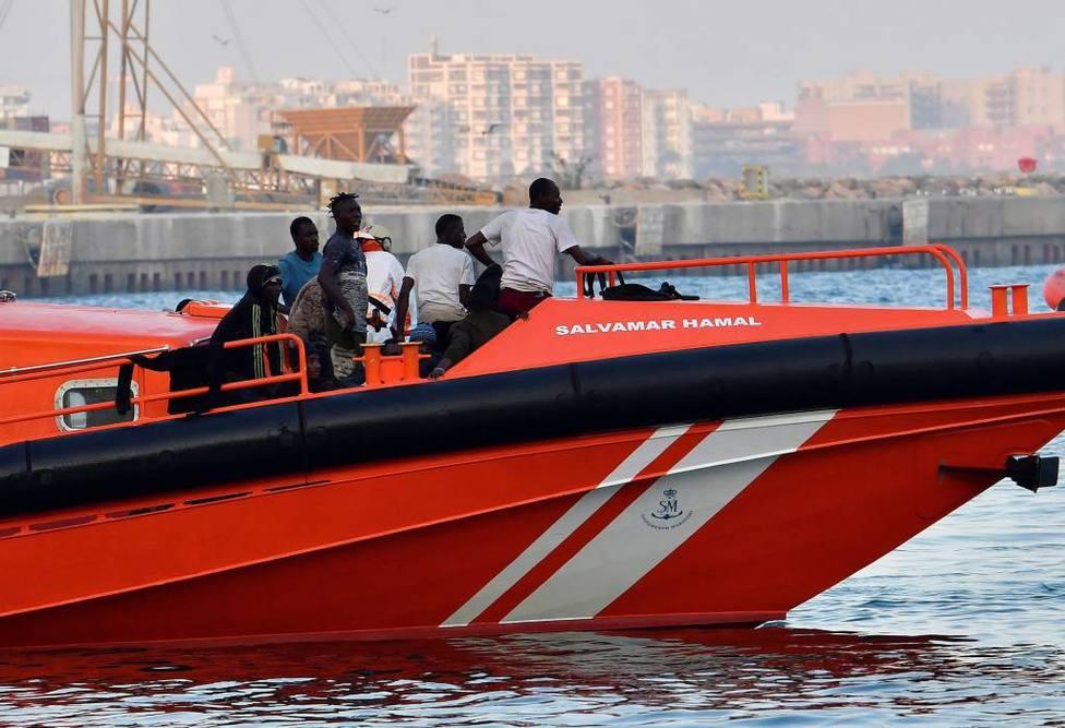 Rescatan a siete inmigrantes en una patera cerca de la costa de Ceuta