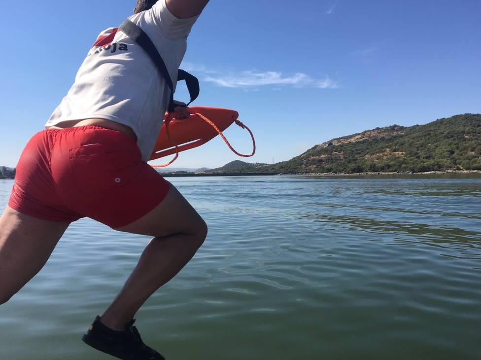La fatídica historia de un socorrista jubilado: decidir a quién dejar morir ahogado entre dos hermanos