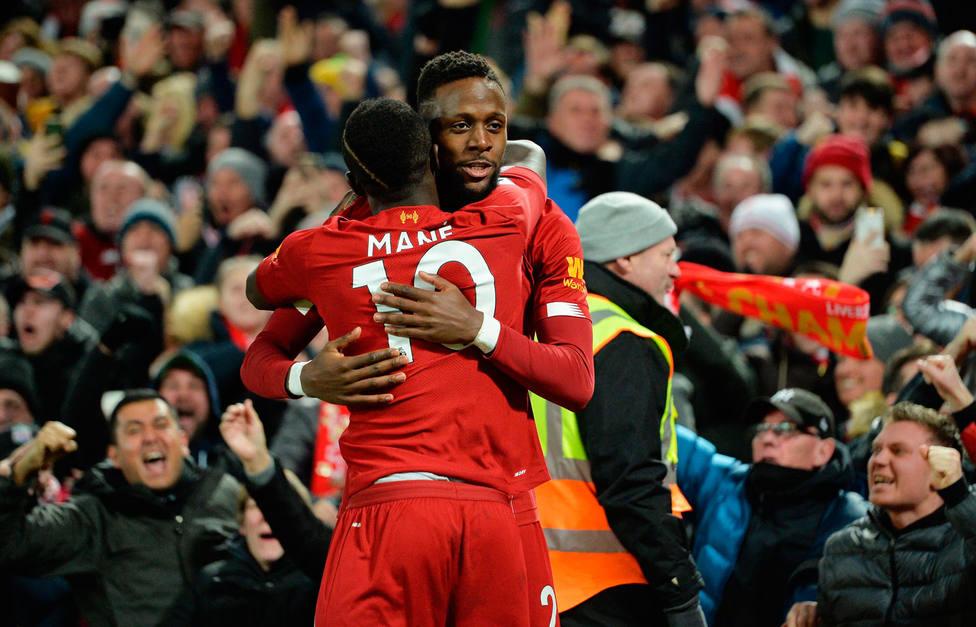 Mané y Origi celebran uno de los goles al Everton (EFE)