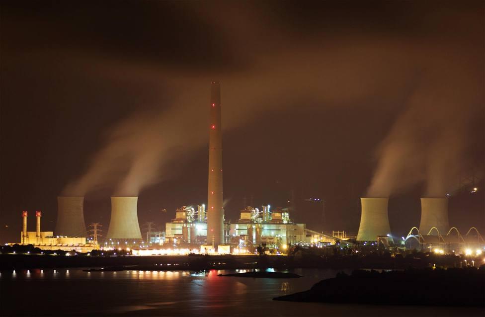 Vista nocturna de la central térmica de Endesa a pleno funcionamiento - FOTO: César Galdo
