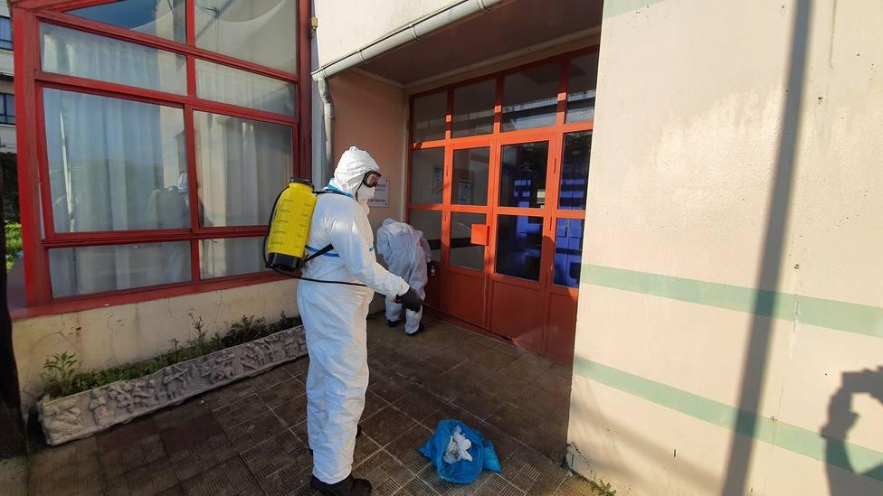 Agentes Ambientales actuando en la desinfección del exterior de la Residencia de Laraxe - FOTO: C. L.