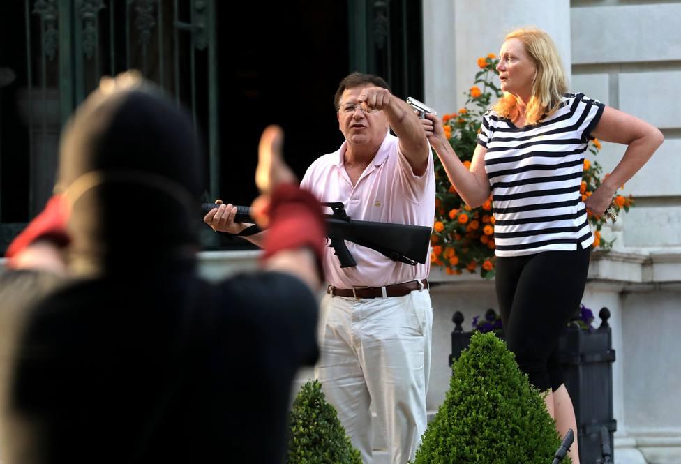 Un grupo de manifestantes se cuela en una casa privada y los dueños les reciben armados y apuntando