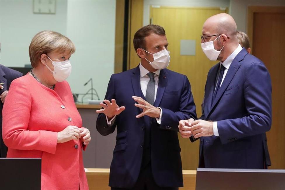 Angela Merkel junto a Enmanuel Macron y el presidente del Consejo europeo, Charles Michel