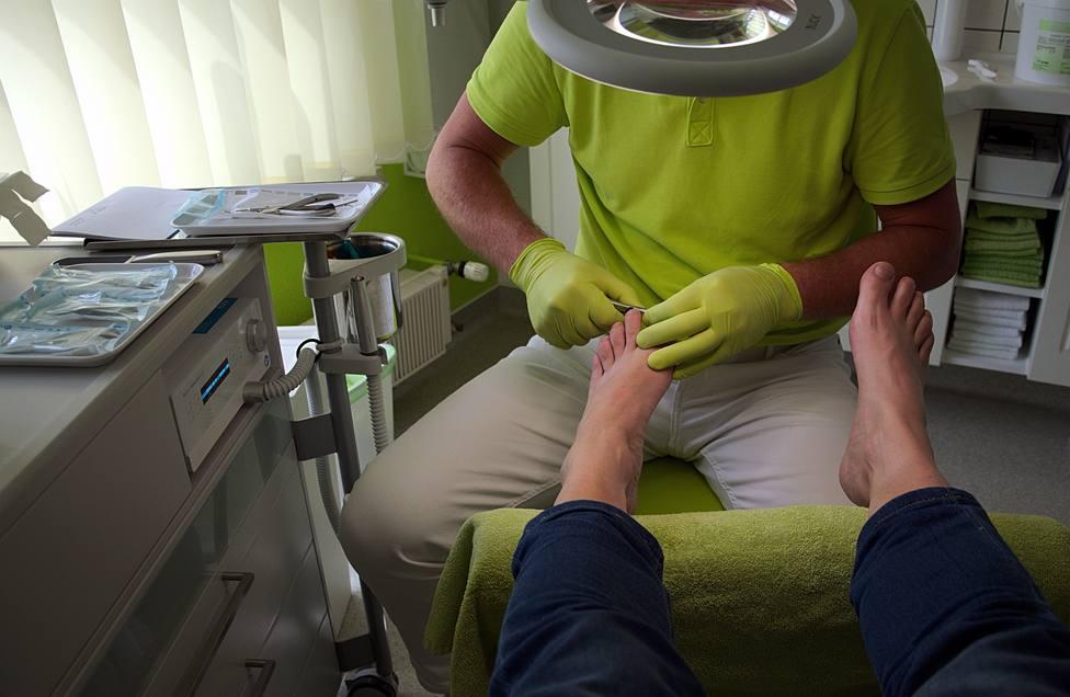 Foto de archivo de un podólogo trabajando con un paciente