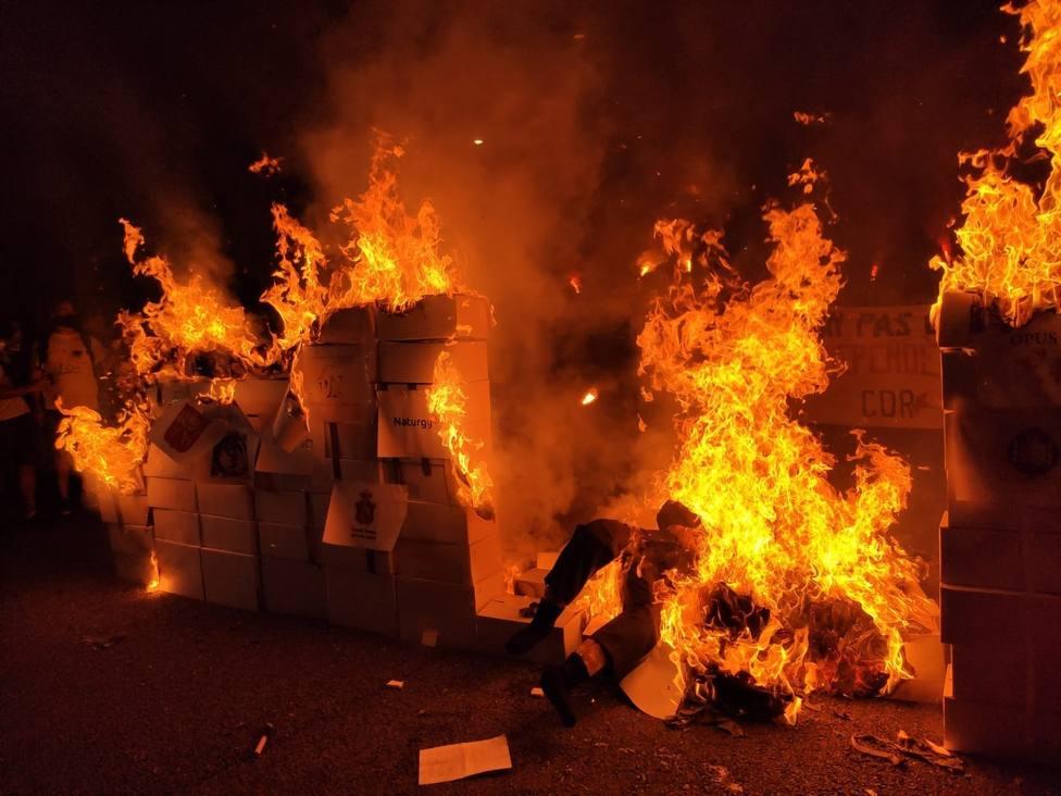 Los CDR arrancan una marcha y queman un muñeco del Rey