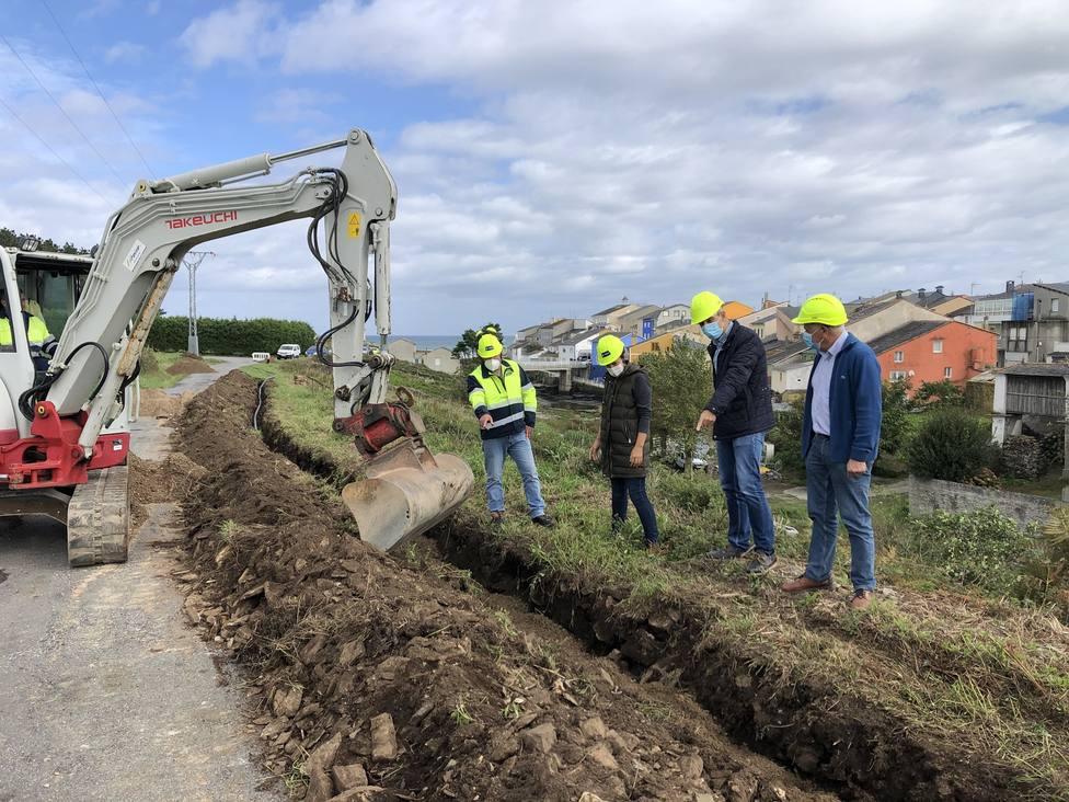 El alcalde supervisa las obras de mejora de saneamiento en Rinlo