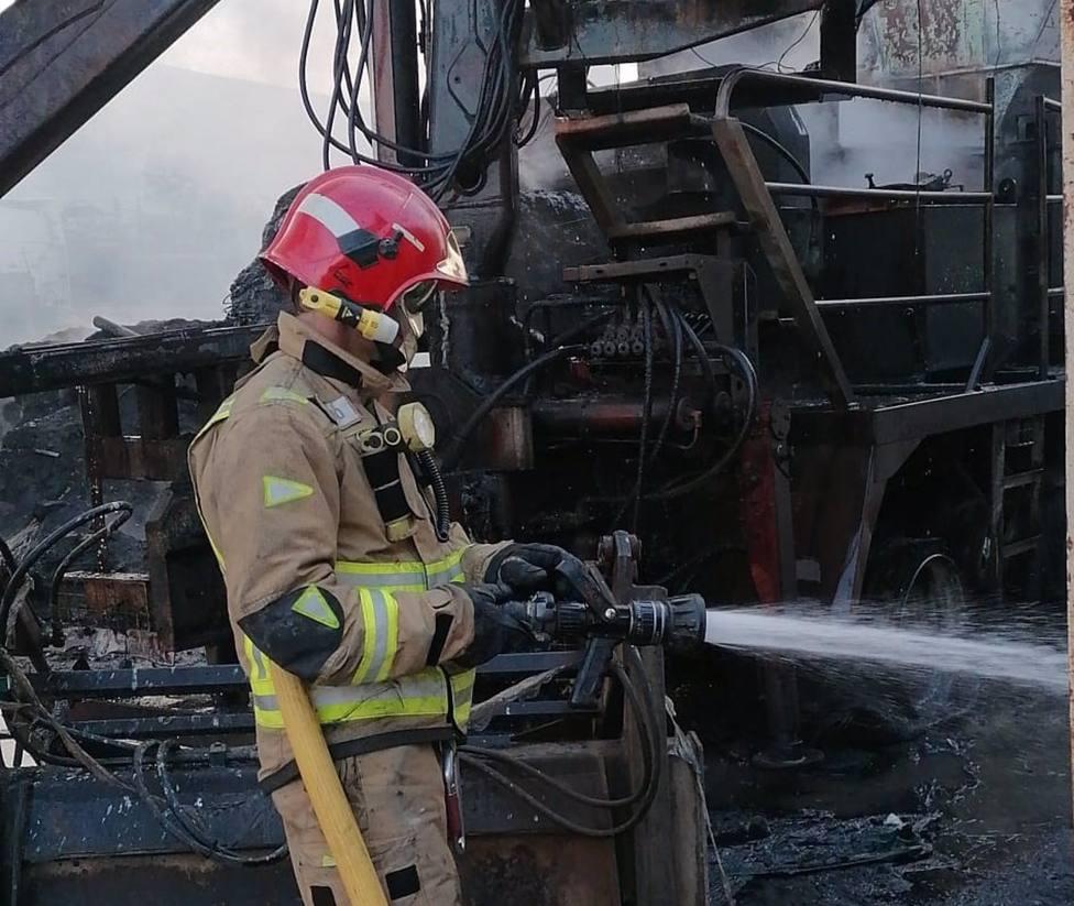 Sucesos.- Bomberos trabajan en la extinción de un incendio declarado en una planta de reciclado de Torre Pacheco