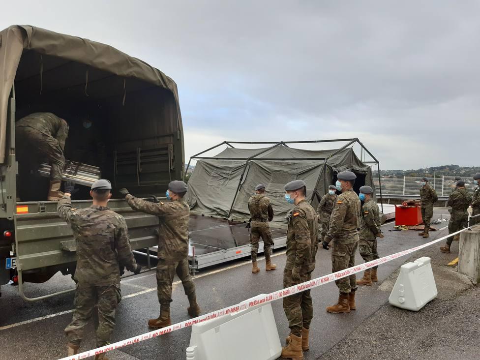 Militares descargan material en el Hospital de Cabueñes