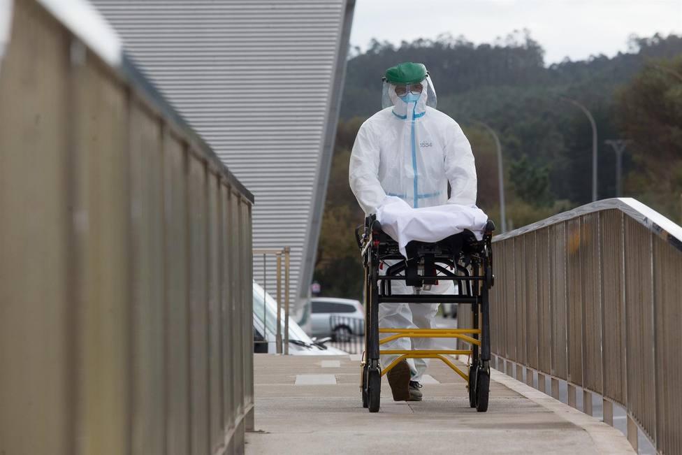 Foto de archivo de un trabajador sanitario con protección ante el coronavirus - FOTO: E.P / Carlos Castro
