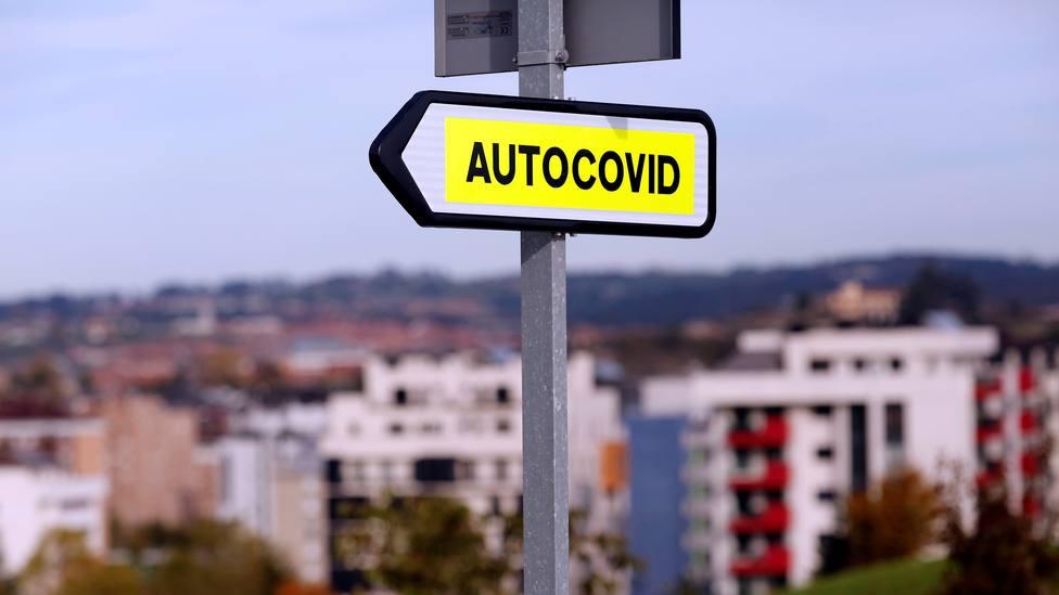 Cartel indicativo del Autocovid del HUCA