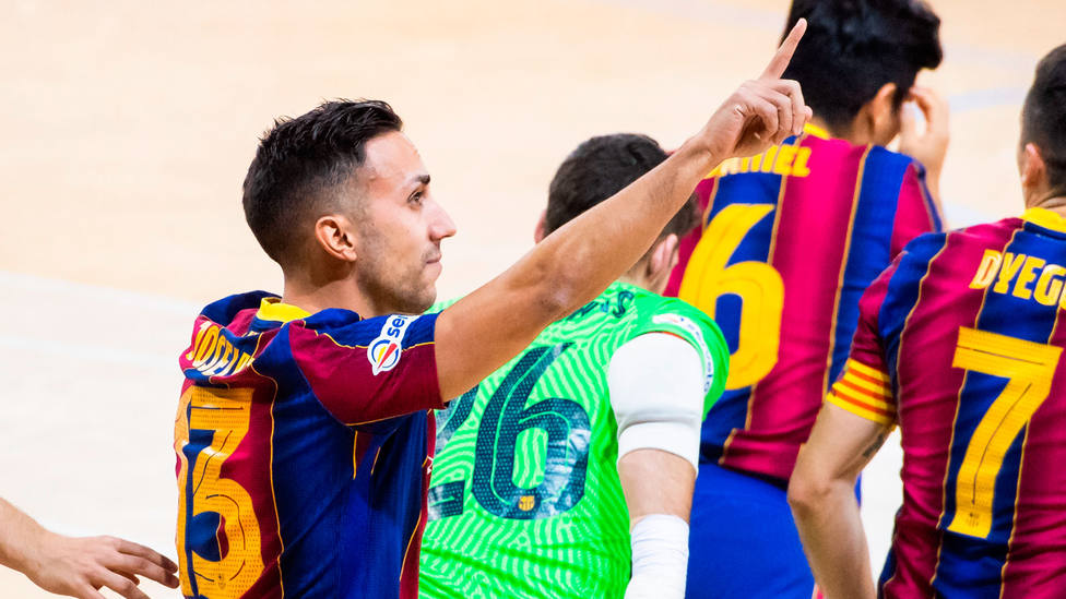 Joselito celebra el gol marcado ante Ribera de Navarra, con dedicatoria para Sergio Lozano (@FCBfutbolsala)