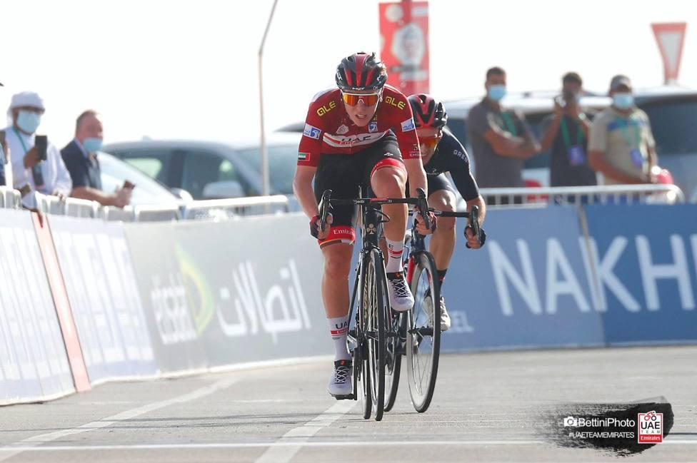 Pogacar bate a Adam Yates y refuerza su liderato en el Tour de los Emiratos