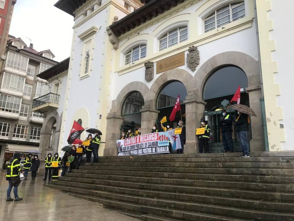 Concentración de los trabajadores de Correos ante la oficina de Ferrol - FOTO: Cedida