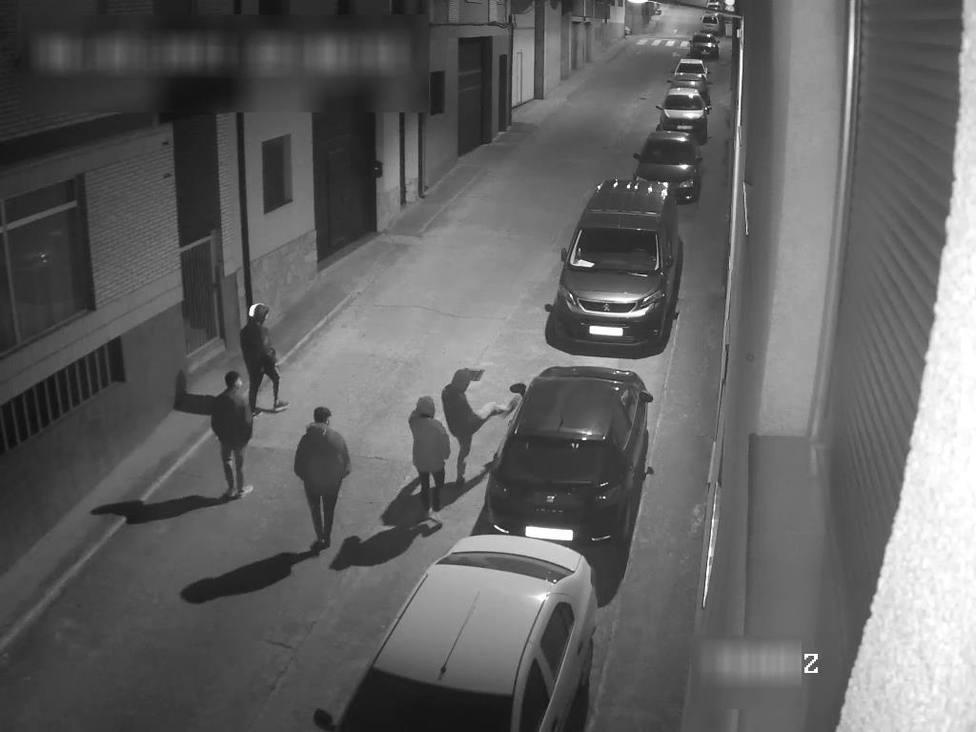 Tres jóvenes destrozan en Albelda espejos retrovisores a base de patadas