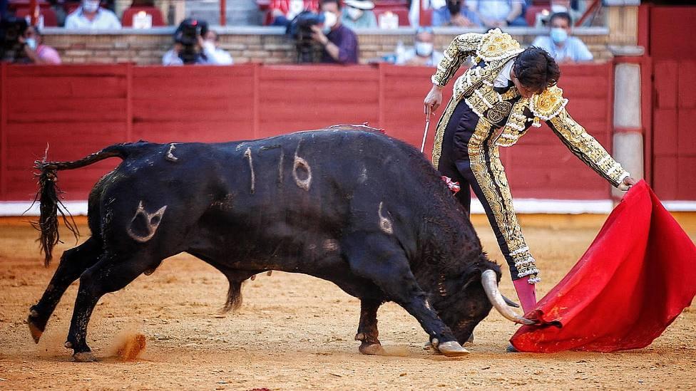 Derechazo de mano baja de Roca Rey durante su actuación este sábado en Córdoba