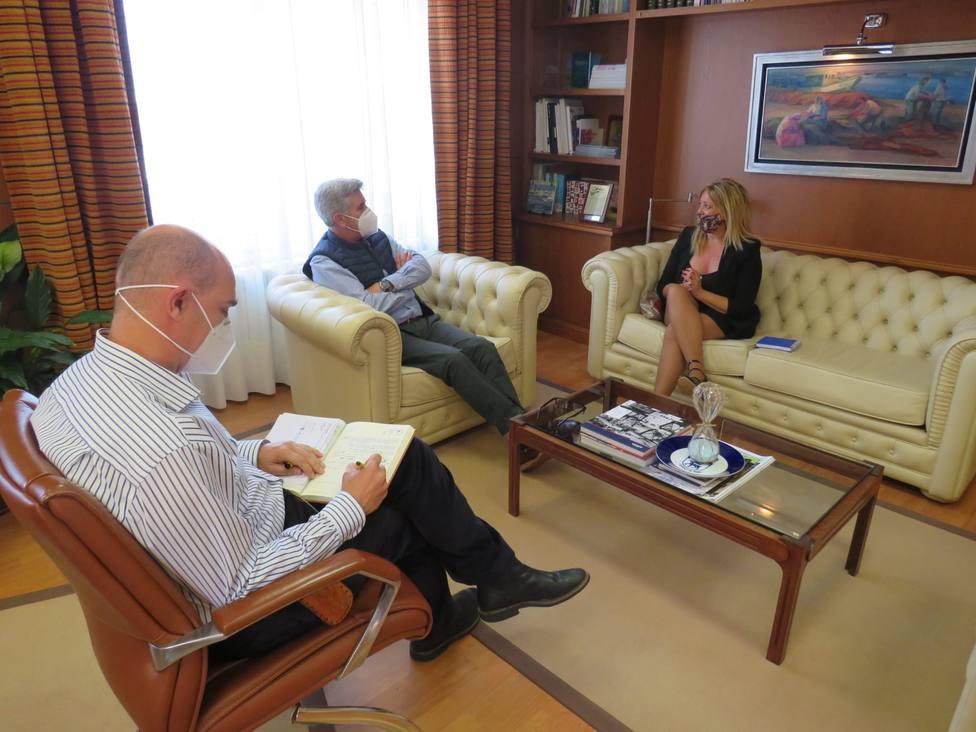 La gerente de la SEA, Beatriz Sestayo, con Indalecio Seijo, presidente del Puerto de Ferrol. FOTO: SEA