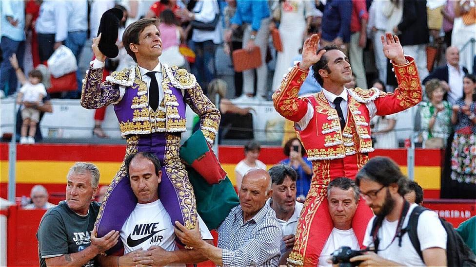 El Juli y El Fandi, en una imagen de archivo, saliendo a hombros de la plaza de toros de Granada