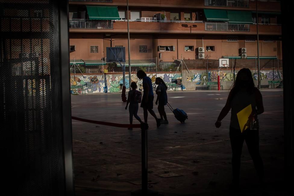 Padres y alumnos en la salida de un colegio