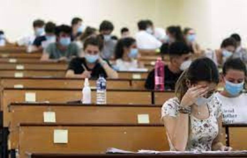 Estudiantes realizando las PAU