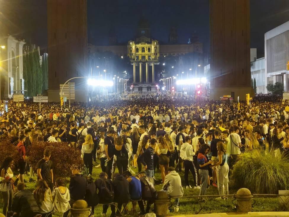 España avanza en la desescalada con la amenaza de los macrobotellones