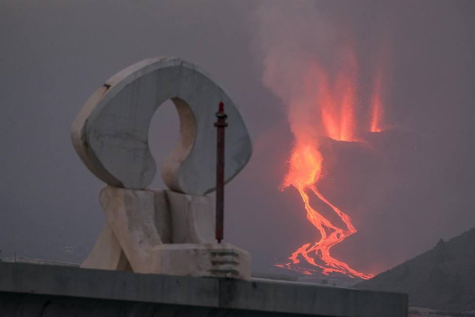 La lava se cuela entre las plataneras de La Palma y quema plástico de invernaderos y fertilizantes