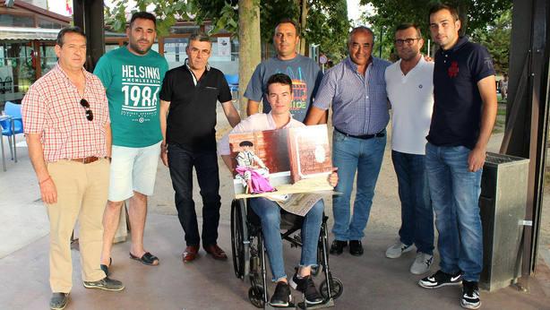 Manolo Vanegas recibiendo la visita del alcalde y de los aficionados de Villaseca de la Sagra