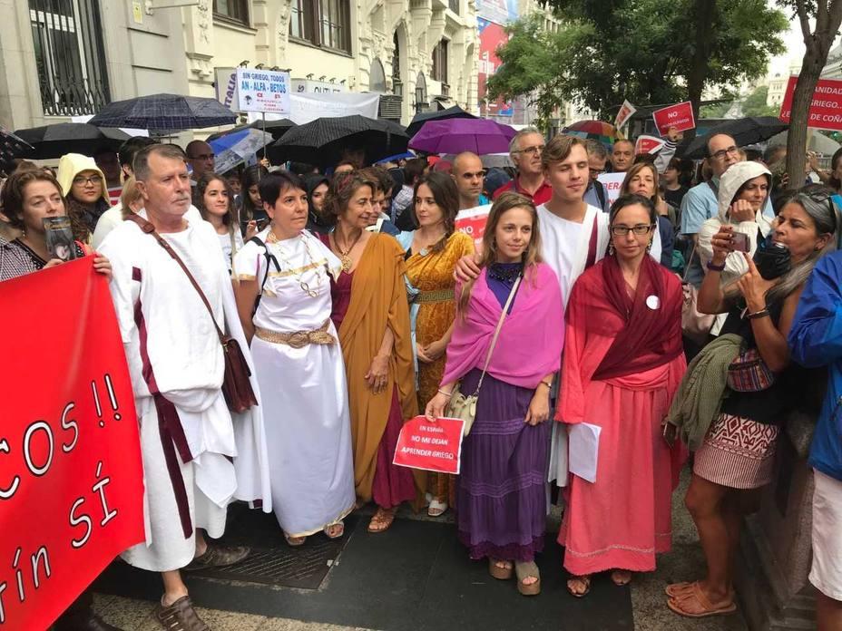 Manifestación a favor de seguir impartiendo clases en griego y latin