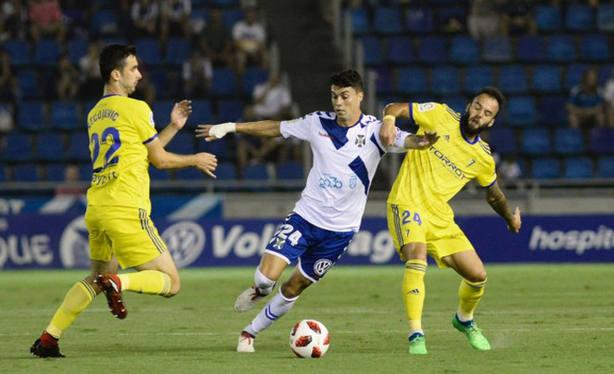 Los jugadores del Cádiz en un lance del partido