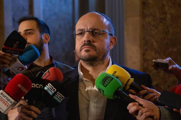 El PP catalán pide a los socialistas rebelarse contra Sánchez e Iceta para no entregarse al separatismo