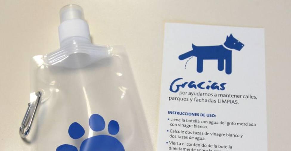 Se reparten 3.000 pipibòtils para limpiar de orina las calles de Mahón