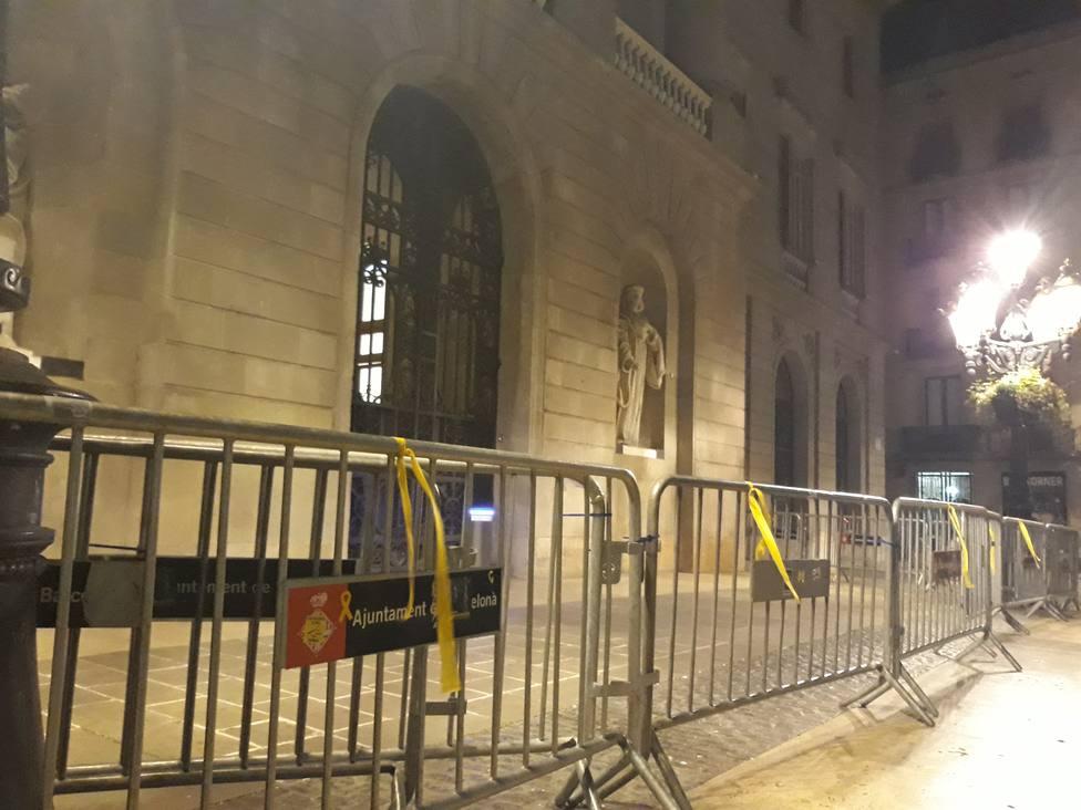 Un activista vuelve a poner lazos en la plaza Sant Jaume de Barcelona